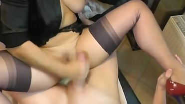 MATURE HORNY SLUT IN NYLONS